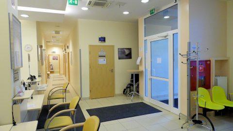 Wejście do Centrum Medycznego Medicenter na ul Wołoskiej w Warszawie
