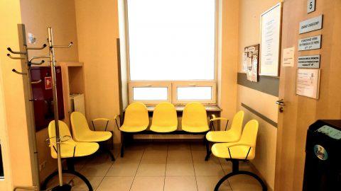 Poczekalnia przed gabinetem zabiegowy w Medicenter w Warszawie